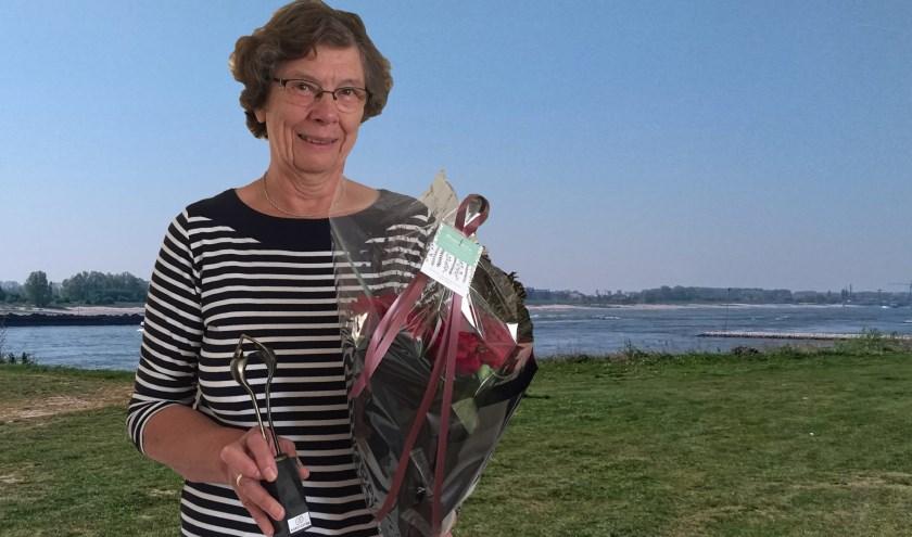 Jubilaris mevrouw Buijs uit Ochten, 40 jaar collectant voor de Nierstichting. Niet op de foto de andere jubilarissen in Ochten, 10 en 15 jaar collectant.