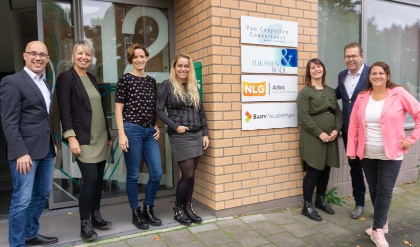 Foto Het team van Baars Verzekeringen bij het nieuwe pand in Papendrecht. (Foto: Baars Verzekeringen)