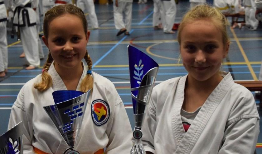 Caithlyn en Tirza hun eerste twee  prijzen van de dag.