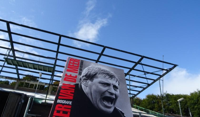 Onlangs verscheen de biografie over Piet Schrijvers, getiteld: 'De Beer van de Meer'. Schrijvers was onder andere ook bijna twee seizoenen trainer van FC Wageningen.
