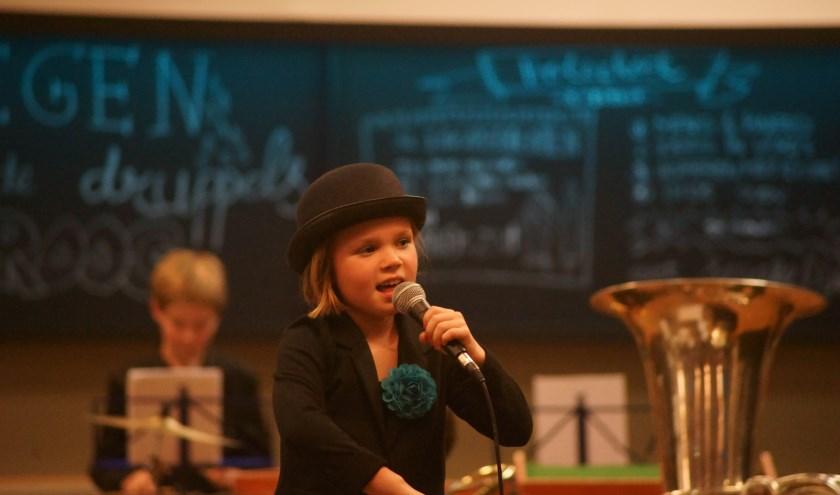 Vera de Heus steelt de show met het Smurfenlied. Foto: Ramon Mutsaers