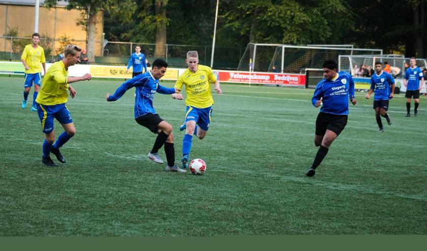 Gradus Dijkman maakte deze foto van de stadsderby sv Hatto-Heim tegen vv Hattem. Het werd uiteindelijk 4-1 voor Hatto-Heim.