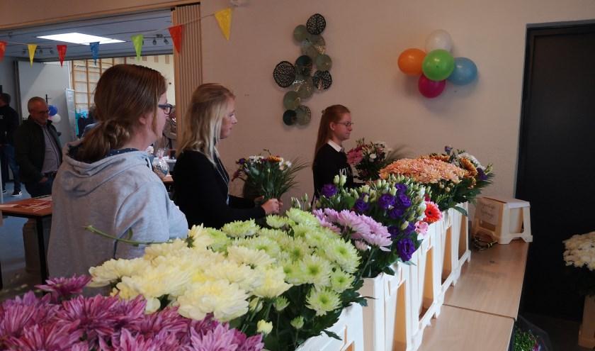Lokale tuinders hadden flink wat bloemen gesponsord. Ieder bezoeker mocht daar zelf een boeketje van samenstellen.