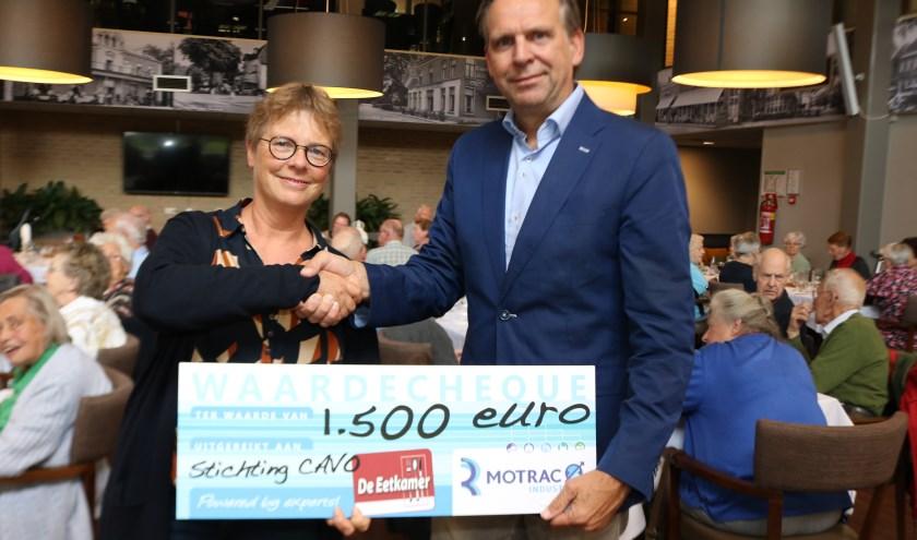 Ellie Jetten neemt de cheque van Maarten Vinkensteijn (Motrac Industries- Baak) in ontvangst. (Foto: Arjen Dieperink)