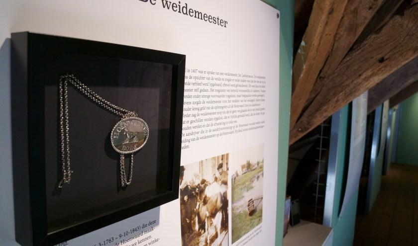 De ambtsketen van de weidemeester, te zien tijdens de expositie 'Sibyl Heijnen en de koeien van de Hoenwaard'.