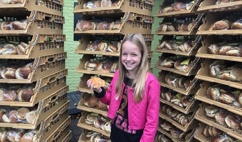 Deze 770 zakken broodjes mocht Jasmijn de Jong afgelopen woensdag in ontvangst nemen.