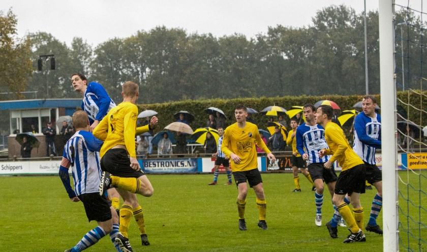 Tom Maas in een luchtduel met de verdediging van Reusel Sport. Foto: Leo van Overbeek