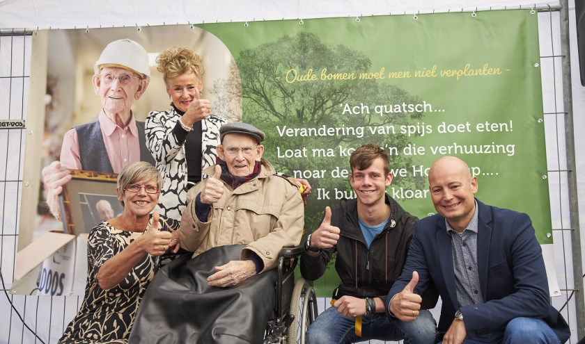 Middels een groot spandoek met een tekst van de heer Davenschot (in de rolstoel) werd feestelijk stil gestaan bij de nieuwbouw
