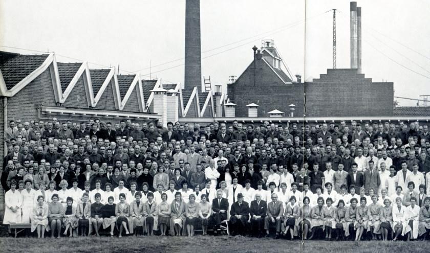Het eerste deel van de groepsfoto van al het personeel van de Oale Bleeke in 1961.