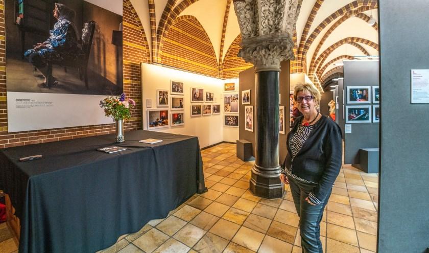 Fieke van 't Riet in de gangen van het Dominicanenklooster waar de foto's zijn te zien.