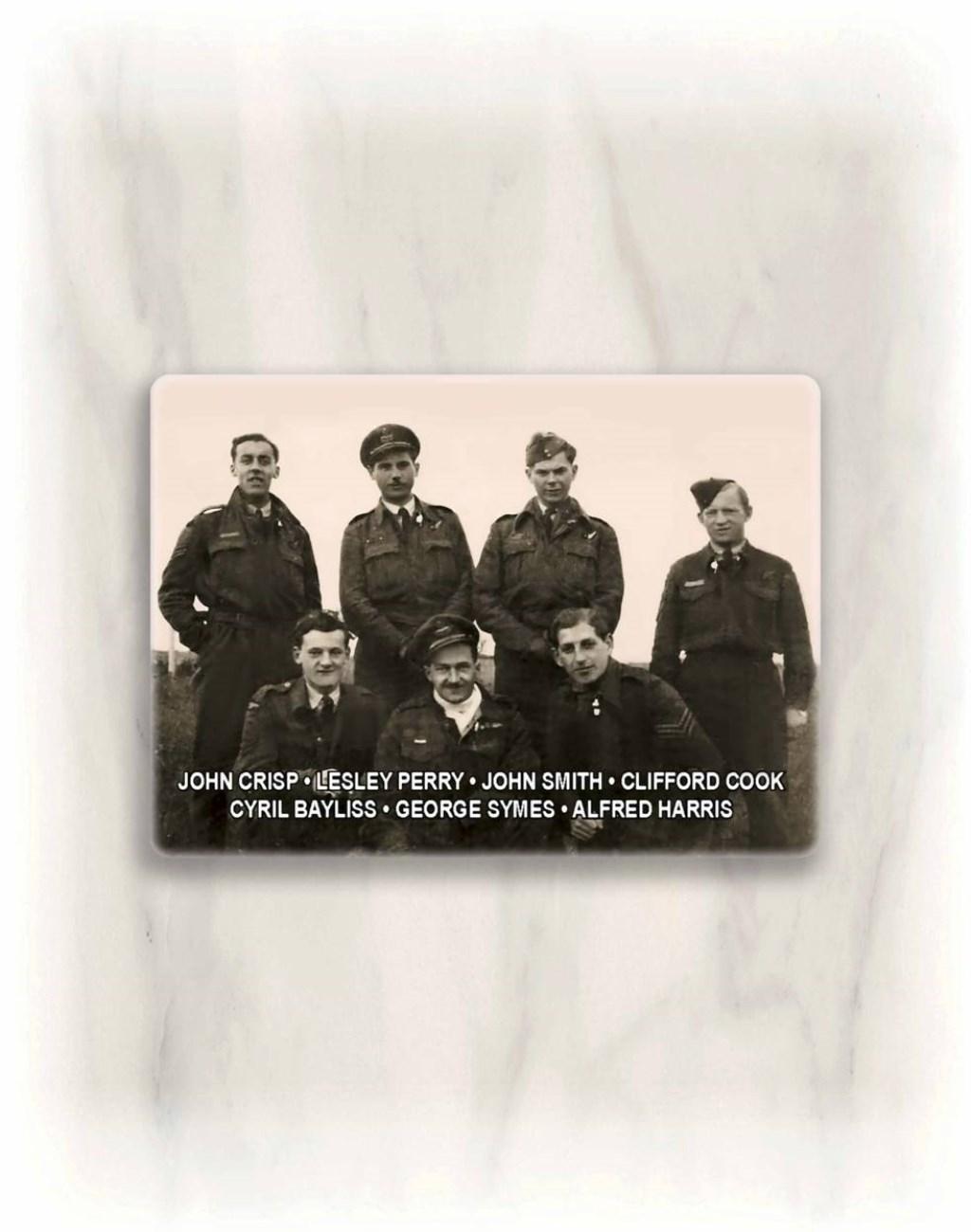 De zeven bemanningsleden van de neergestorte Lancaster Bommenwerper.  © DPG Media