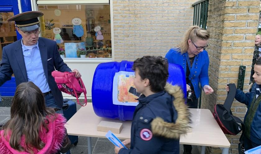 """Kinderen langs de """"douane"""". Foto: Erk Vis"""