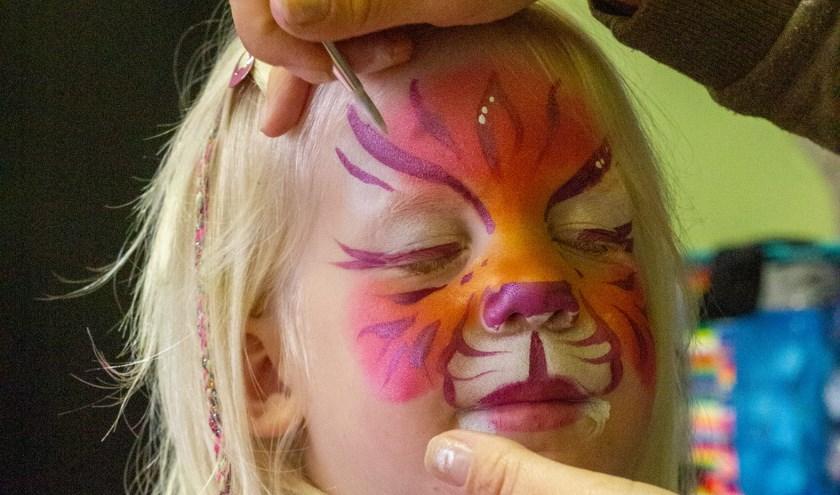 Annabel Tetteroo laat zich mooi schminken.