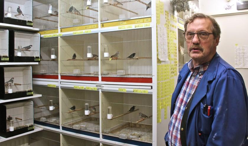 Ton Jacobse bij een kleine selectie van zijn tropische vogeltjes. FOTO: Els van Stratum