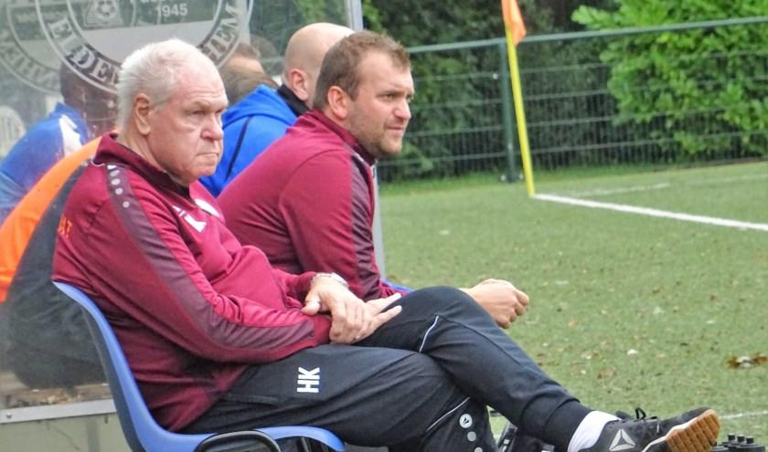 OVC '85-trainer Marco Bosch (midden, op archieffoto) zag zijn ploeg in blessuretijd alsnog met 1-0 van ESA winnen.
