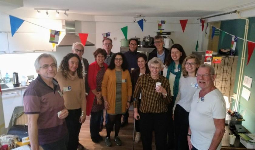 De opening van het zesde Wegwijscafé werd gevierd met een openingswoord van de wijkmanager. FOTO: Wegwijscafé
