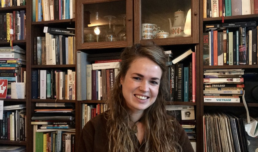 De geboren Almelose Lottie Bakker hoopt met de voorstelling Tot God, een taboe rond psychosegevoeligheid te doorbreken