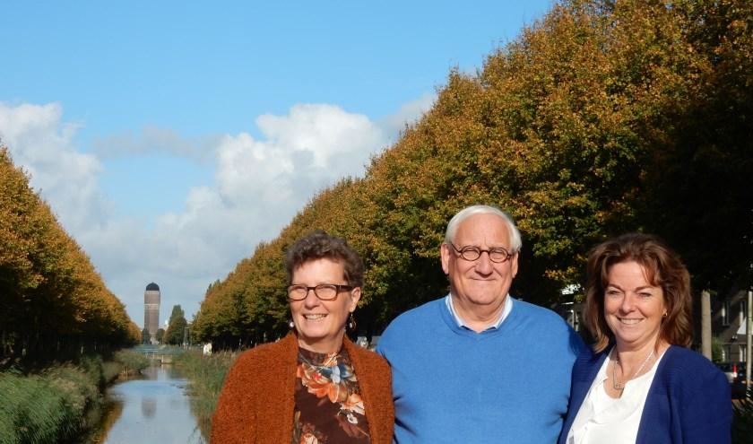 Gerda Griffioen, Hans van der Bilt en Karen Paternotte met op de achtergrond de Watertoren in Rokkeveen.