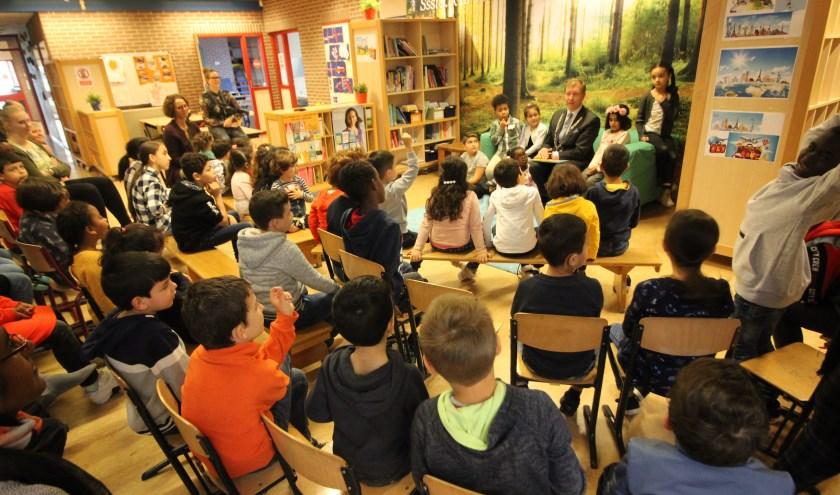 Alle aandacht voor de burgemeester die komt voorlezen op De Bongerd. (Foto's: Pieter Vane)
