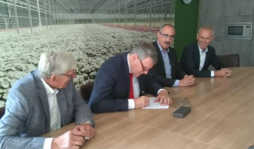 Willem Posthouwer, Toon van Tuijl, Joan Wassink en Peter van Osch zetten hun handtekening onder de deal.