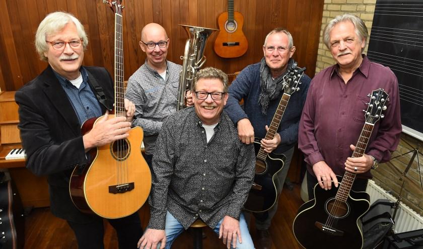 Op de foto vlnr. Hans Beernink, Hans Westerveld, Frans van Gorkum, Wim Jansen en Stef Geurtzen. Samen vormen zij GoedVolk. (foto: PR)