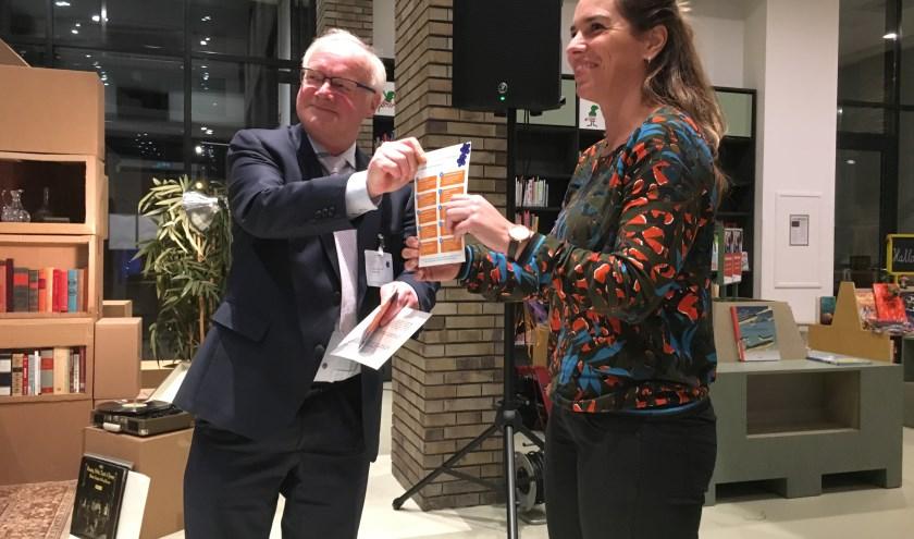 Wethouder Adriaan de Jongh bij de overhandiging van de folder met tien symptomen van dementie (foto: Judith Prakke)