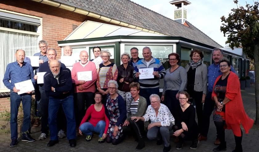 Het positieve saldo van 38 jaar De Achtste Steen werd bij zaal Den Bremer in cheques uitgereikt aan enkele genodigden.(foto: Ceciel Bremer)