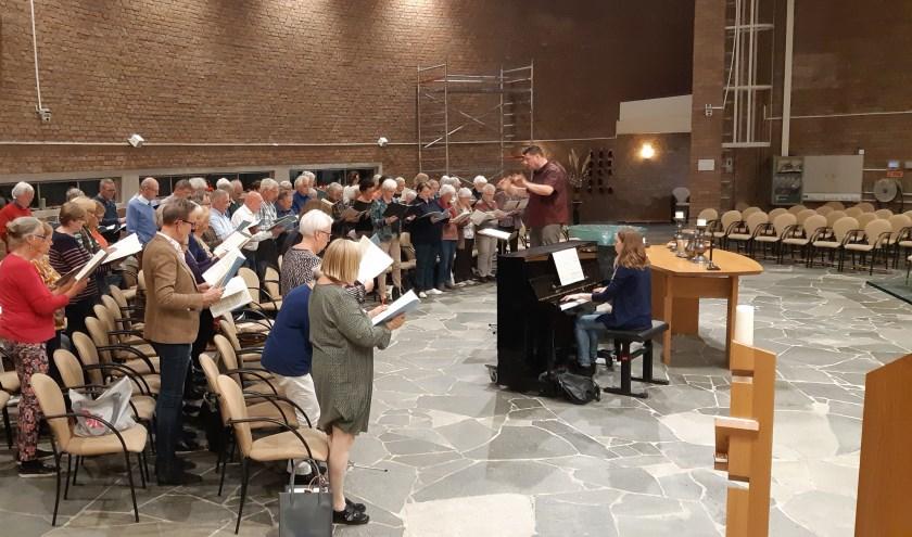 Onder bezielende leiding van dirigent Daniël Salbert wordt door het Concertkoor de laatste plooien glad gestreken.