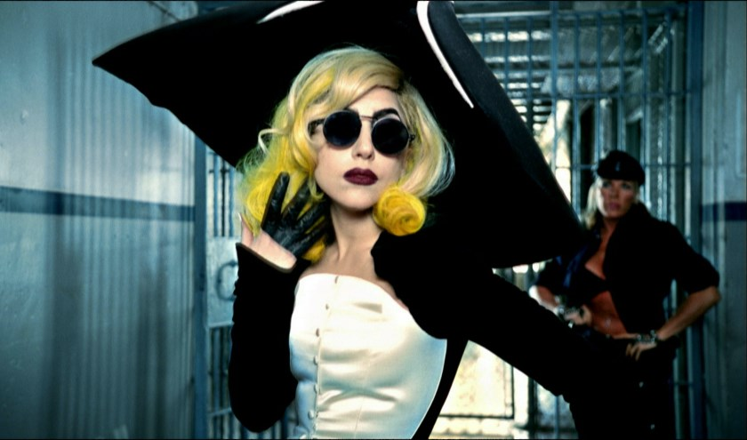 Lady Gaga in de videoclip van Telephone uit 2010. Regie: Jonas Åkerlund, outfit: Thierry Mugler, Anniversaire des 20 ans collection, prêt-à-porter fall/winter 1995–1996.