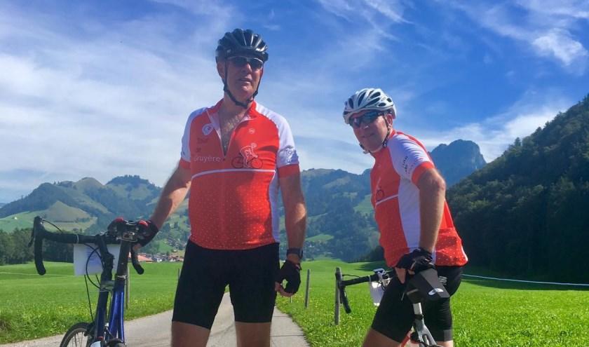 Ook de Montfoorters Jaap Langenberg en Tom Oostrom, zelf directeur van de Nierstichting, namen deel aan de Alpentocht. (Ingezonden foto)