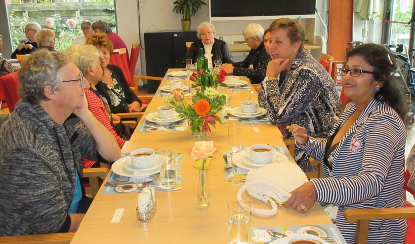 Wethouder Hetty Veneklaas eet een hapje mee. Tekst en foto: Ria van Vredendaal