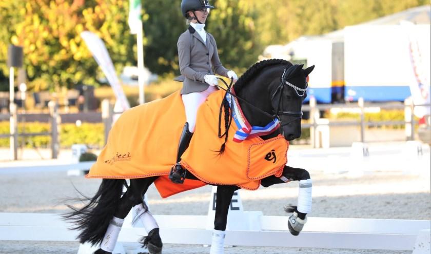 Isabelle met haar lievelingspaard Vajen tijdens het Nederlandse Kampioenschap Friese paard te Ermelo. Foto: Ingrid Truijens