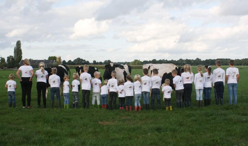 Ruim twintig Toldijkse kinderen staken vandaag alle boeren een hart onder de riem door te laten zien dat zij wél trots op de boeren zijn! (foto: PR)