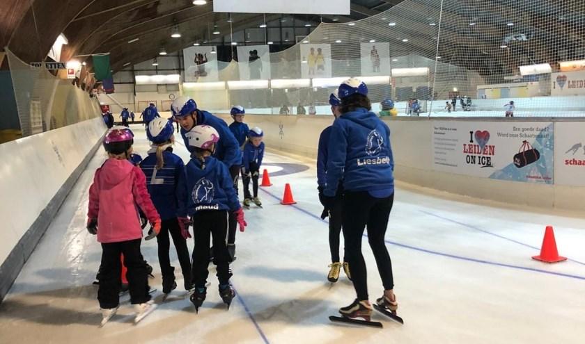 De jonge schaatsers op het Leidse ijs.