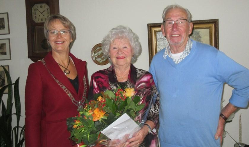 Burgemeester Van Mastrigt feliciteert het echtpaar Van Keuk. Tekst en foto: Ria van Vredendaal