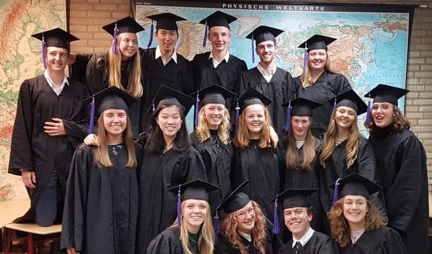 De leerlingen die slaagden voor het International Baccalaureate op het Comenius Lyceum in Capelle kregen vrijdag 11 oktober in caps and gowns hun diploma. Foto: PR Comenius College