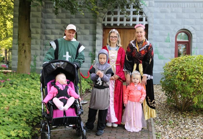 Kreta en Bennie Bochoven met de kinderen Selina, Lorenzo, Vayenna en Dalysia (in de buggy) verkleed als koninklijke familie in De Eemhof.