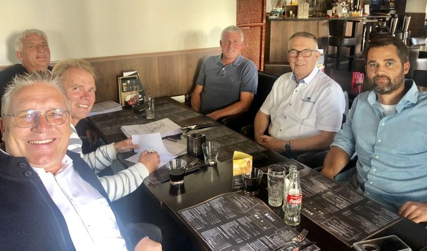 Goed nieuws voor het dorp Giessenburg: de documenten voor de bouw van het verenigingsgebouw Doetsekom zijn getekend. (Foto: Privé)