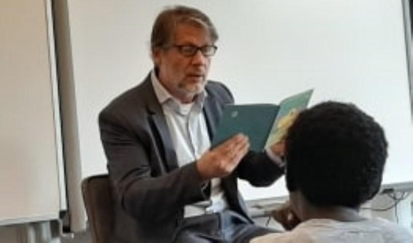 Wethouder Ro van Doesburg leest voor op basisschool Schuttersplein. Eigen foto