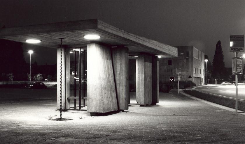 Eén van de twee bushokjes wachtend op de terugkeer van zijn evenknie. Op de achtergrond het Kantongerecht, beide gemeentelijk monument. Foto: Rob Meijer, vóór 1980