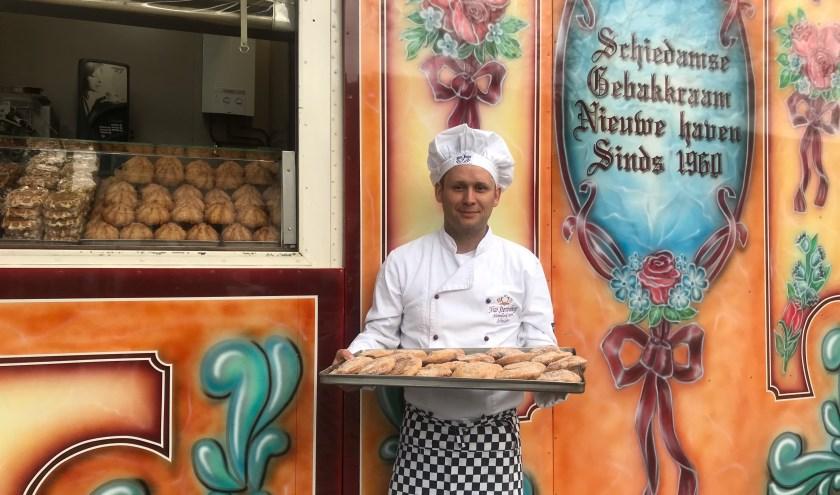 Nico Sterrenberg bij de gebakkraam. Op de kraam staat nog 'Nieuwe Haven' geschreven. (Foto: Demi Meder)