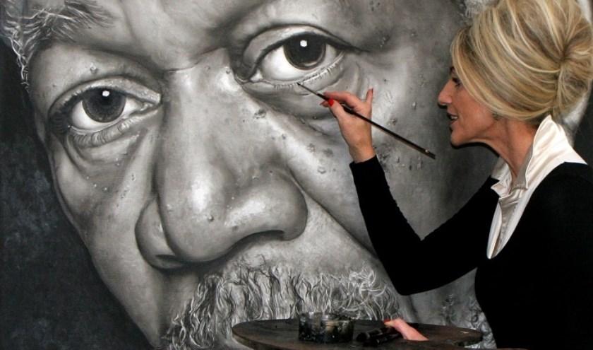 Saskia Vugts legt de laatste hand aan een indringend portret van acteur Morgan Freeman.