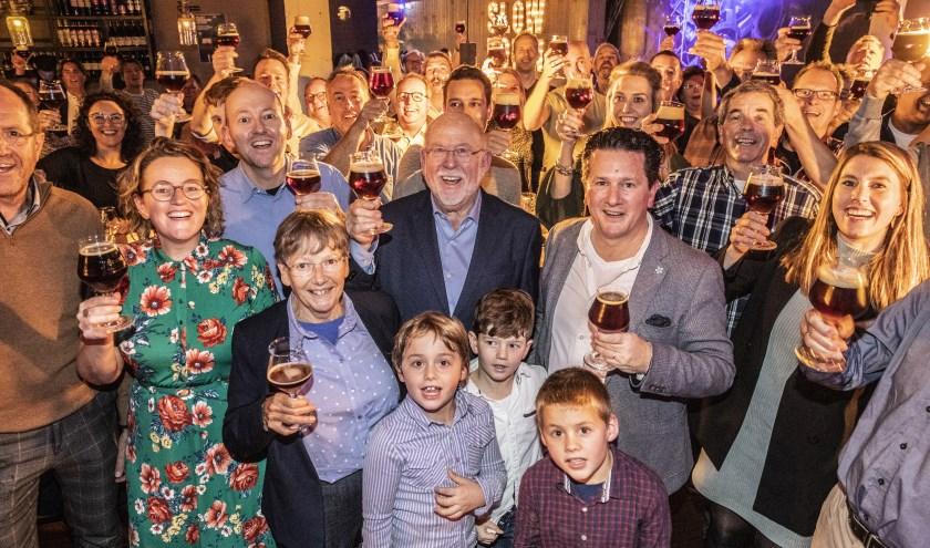 Piet Reniers (midden) heft het glas met zijn winnende biercreatie samen met andere liefhebbers.