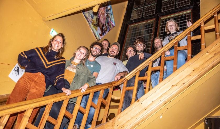 De gebruikers van Eureka op de trap in het pand. Ze hebben samen de stichting Eureka opgericht.