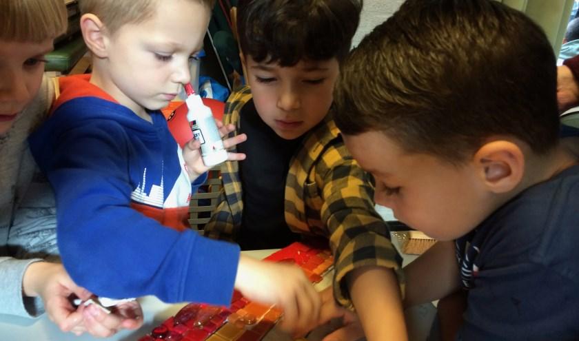 Kinderen van Jules Verne maken samen een mozaïek voor hun nieuwe schoolgebouw