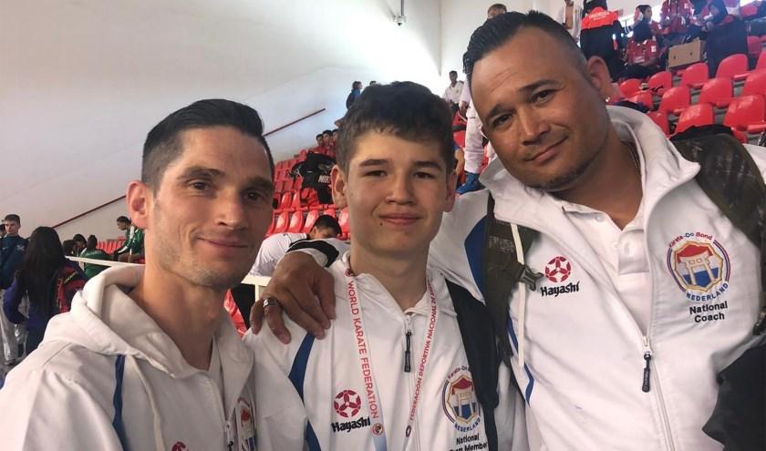 De 15-jarige Floris Sujecki in Chili met naast hem de bondscoaches.