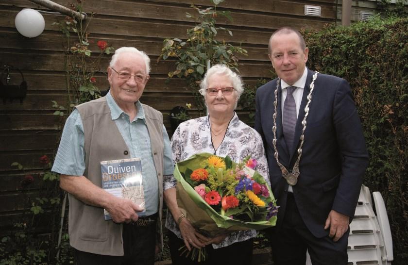 Riet en Geurt de Geest werden ook gelukgewenst door burgemeester Rik de Lange.