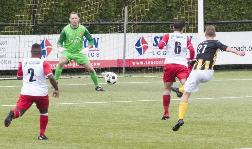 Luuk Broers haalt uit voor De Valk en zet de 1-1 op het scorebord.
