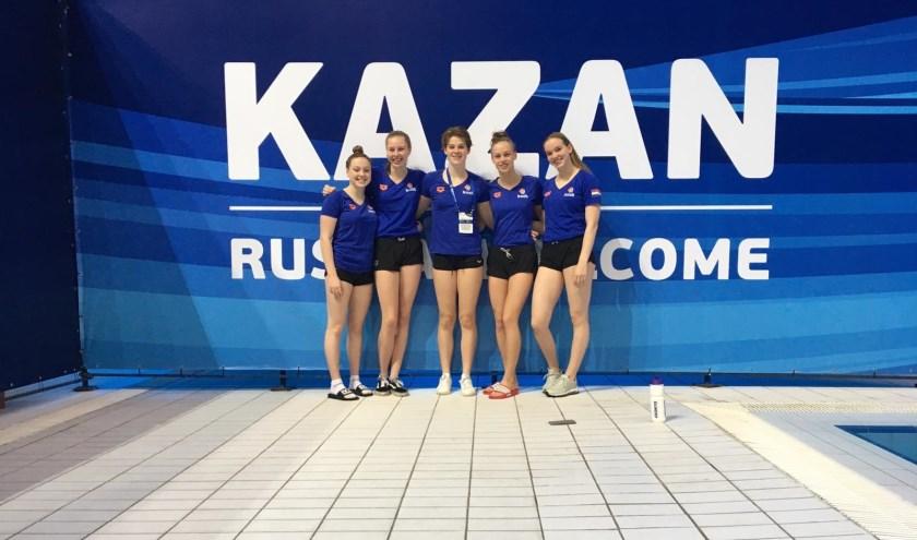 Lotte Hosper (tweede van links) met de Nederlandse ploeg bij het EJK in Rusland
