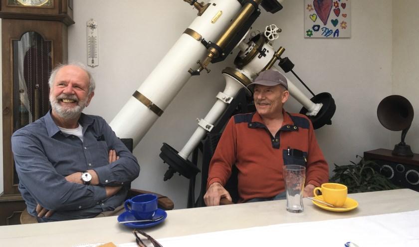 Rinus de Groot rechts (met pet) en Ruud Snoeren links bij de enorme sterrenkijker. Foto: Evert Meijs.